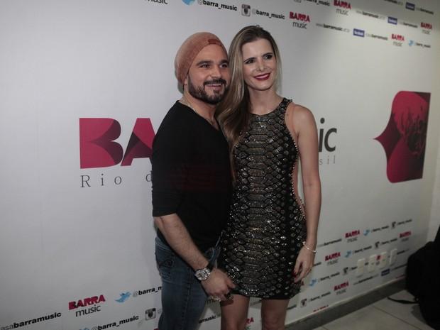 Luciano e a mulher, Flávia Camargo, em show no Rio (Foto: Isac Luz/ EGO)
