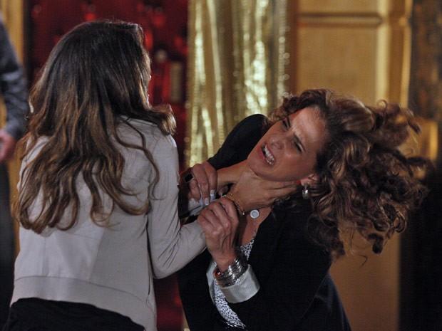 Morena enche a cara de Wanda de sopapos (Foto: Salve Jorge/TV Globo)