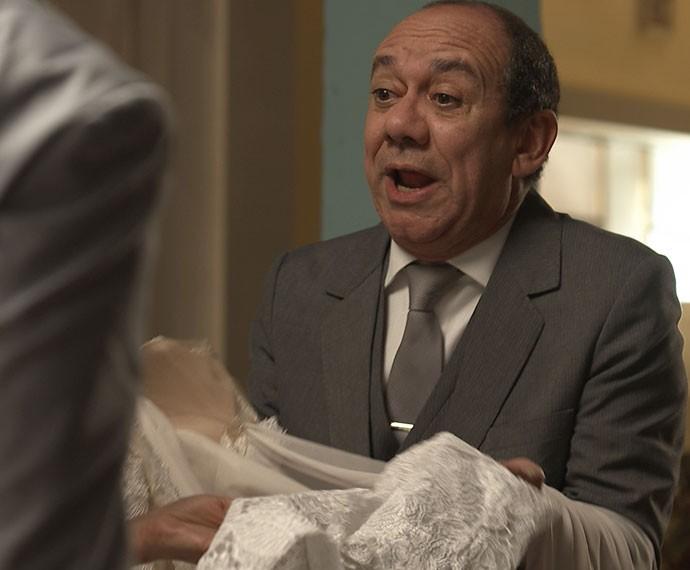 Júnior fica desesperado depois de Tampinha rasgar o vestido de Soraya e pede ajuda a Eva (Foto: TV Globo)