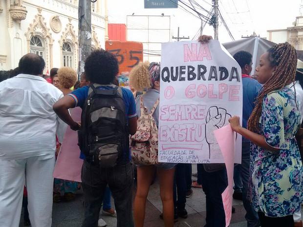 Manifestação a favor do governo Dilma na Praça da Piedade, em Salvador, Bahia (Foto: Maiana Belo/ G1)