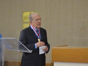 Phelipe discursou após receber medalha de mérito judiciário (Foto: Rodrigo Sales/G1)