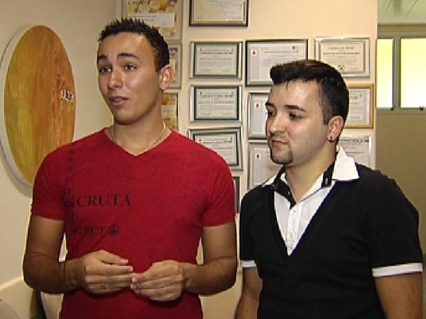 Casal João Gabriel Araújo e Diego Branco reclama de discriminação (Foto: Reprodução / TV Tem)