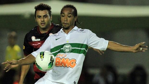Neto Coruja Vitória x Everton do Coritiba (Foto: Felipe Oliveira / Ag. Estado)