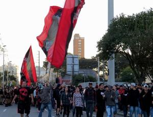 Torcida do Atlético-PR fora da Arena da Baixada (Foto: Fernando Freire)