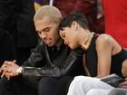 Rihanna e Chris Brown trocam carinhos em jogo de basquete
