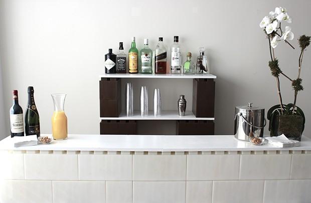 Este bar foi montado com os blocos e a finalização ficou por conta das placas de madeira cobertas com laca branca (Foto: Divulgação)