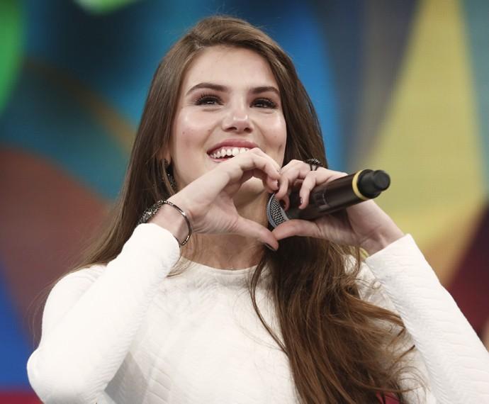 Claro que não podia faltar o coraçãozinho para o público, não é, Camila Queiroz? (Foto: Inácio Moraes / Gshow)