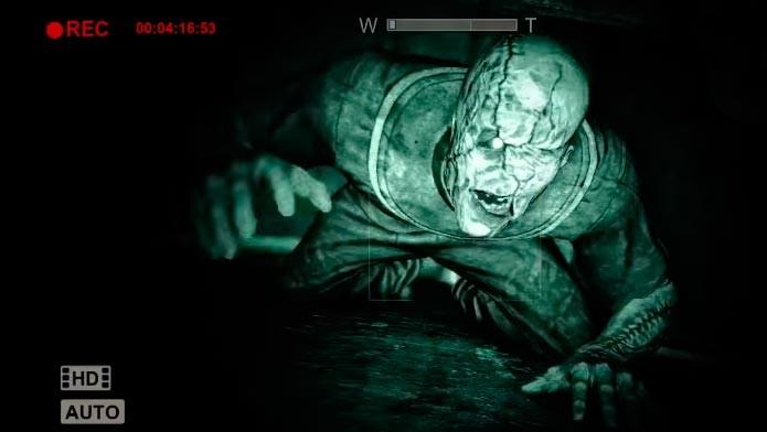 Não é uma boa ideia se esconder embaixo da cama (Foto: Reprodução/Youtube)