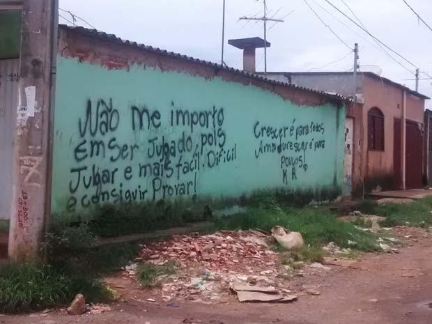 Rua do Sol Nascente, em Ceilândia, traz mensagem pichada na parede de uma casa (Foto: Isabella Calzolari/G1)