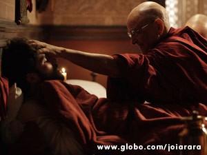 Ananda Rinpoche revela a Franz não ter encontrado mais ninguém na neve além dele (Foto: Joia Rara/ TV Globo)