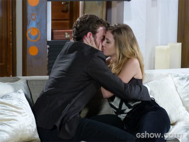Sidney finalmente consegue tirar um beijo de Sofia (Foto: Malhação / TV Globo)