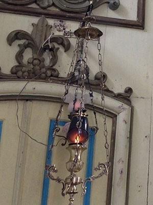 Chama foi retirada de lampião de igreja construída no Século XVIII (Foto: Giovani Grizotti/RBS TV)