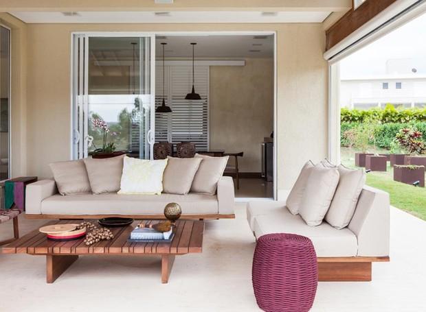 Casa de campo ganha varanda com mobili rio de design for Sofas para porches