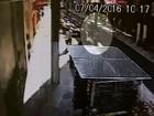 Homem é assaltado após sacar dinheiro em banco de Santos; assista