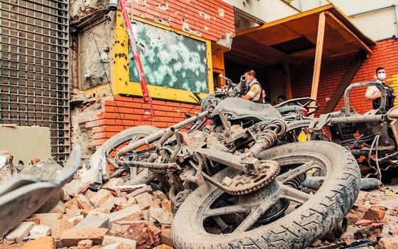 Destroços da transportadora de valores assaltada no Paraguai.Bando brasileiro é suspeito (Foto: Christian Rizzi /Fotoarena/Folhapress)