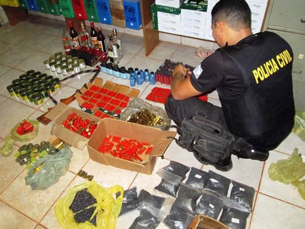 Petecas de cocaína,  óxi, maconha e crack estavam entre o material apreendido na operação. (Foto: Ascom/ Polícia Civil)