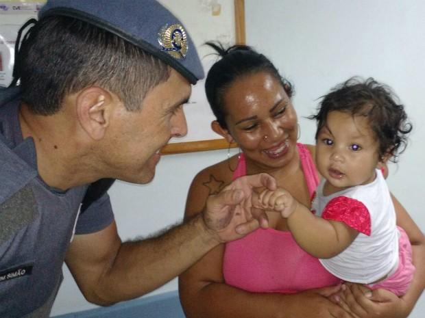 Polícia salva bebê engasgada com bituca de cigarro em Sorocaba (Foto: Divulgação / PM)