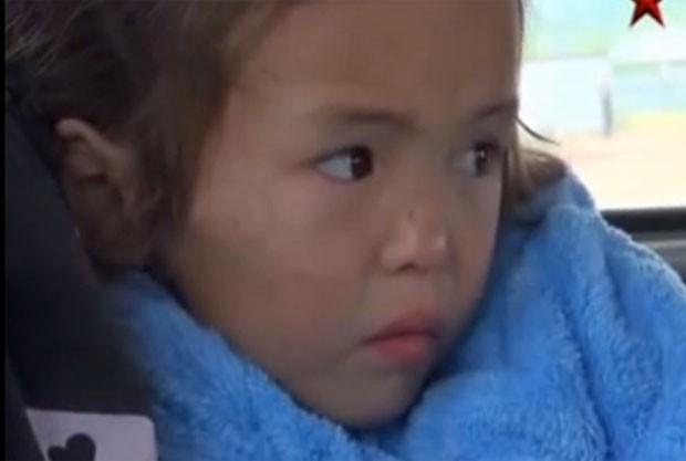 Menina de três anos de idade sobreviveu 11 dias na taiga siberiana, maior floresta do mundo (Foto: Reprodução/YouTube/Александр Гирса Новости)
