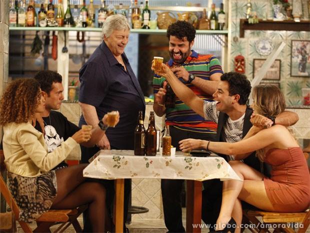 Denizard fica feliz ao ver o fiho com Raquel (Foto: Amor à Vida/TV Globo)