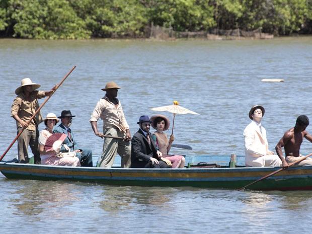 Anabela, Príncipe Sandra e Mundinho Falcão chegam de barco (Foto: Gabriela/TV Globo)