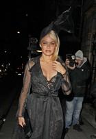 Look do dia: aos 49, Pamela Anderson exibe boa forma em look de renda