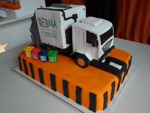 O bolo foi decorado com um caminhão coletor (Foto: Juliana Scarini/G1)