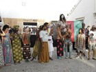 Negros protestam minutos antes da abertura oficial do Fashion Rio