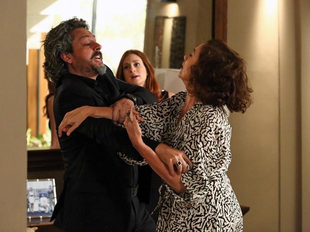 Marta perde a elegância com as desconfianças de Zé (Foto: Raphael Dias/ Gshow)