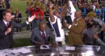 Campeão do Super Bowl leva tombão ao vivo, mas nem liga e sorri; assista (Reprodução NFL TV)