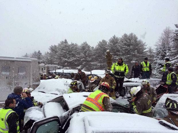Carros ficaram empilhados após acidente com mais de 70 veículos em estrada do Maine, nos EUA, nesta quarta-feira (25) (Foto: Maine State Police And Maine Emergency Management, Stephen McCausland/AP)