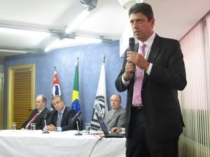 Paulo Roberto Rossi, presidente-executivo da Abac, apresenta dados de 2012 (Foto: Fabíola Glenia/G1)
