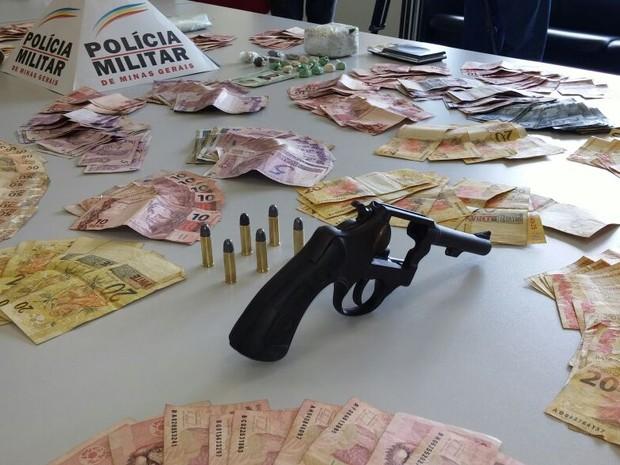 Arma e dinheiro foram recolhidos durante operação (Foto: Arcênio Correa/G1)