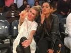 Anitta vai com Ludmila Dayer a jogo de basquete nos Estados Unidos