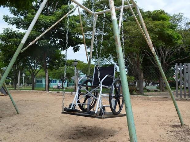 Parque da Praça Nossa Senhora Aparecida foi o primeiro a receber o balanço adaptado (Foto: Dennis Weber/G1)