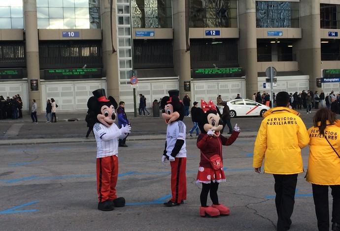 Mickey e Minnie no Santiago Bernabéu (Foto: Ivan Raupp)