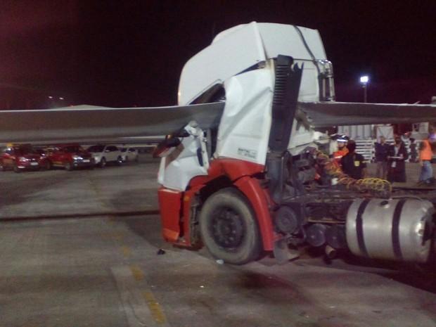 Pá de hélice eólica atravessou caminhão em empresa de Suape (Foto: Reprodução TV Globo)