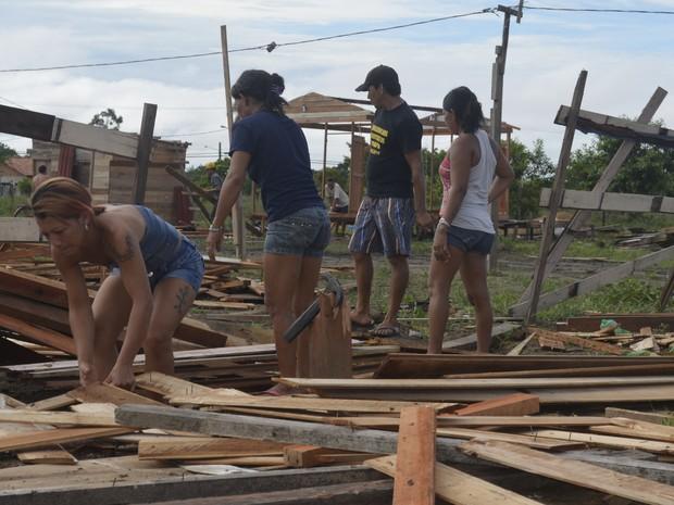Moradores próximo a área invadida recolheram pedaços de madeira (Foto: Abinoan Santiago/G1)