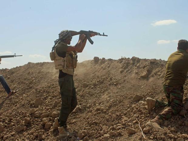 Soldado dispara na linha de frente ao sul de Faluja (Foto: Moadh al-Dulaimi / AFP Photo)