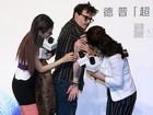 Johnny Depp mostra as tatuagens em lançamento de filme na China