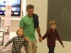 Luciano Huck leva os filhos Benício e Joaquim ao cinema