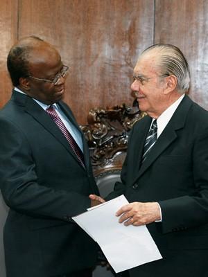 ENCONTRO Joaquim Barbosa no Senado, no momento em que convidava José Sarney para sua posse.  Ele terá de se entender com os representantes dos outros Poderes (Foto: Alan Marques/Folhapress)