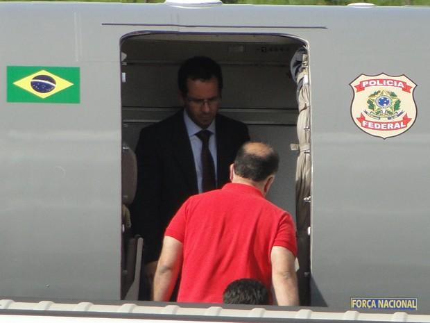 Marcos Valério entra no avião da Polícia Federal (Foto: Pedro Triginelli/G1)