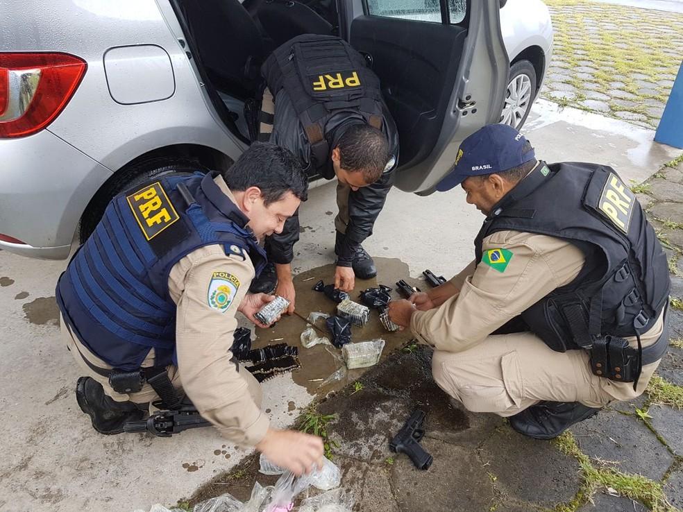 Arsenal seria enviado ao Rio de Janeiro, segundo a polícia (Foto: Divulgação/Polícia Rodoviária Federal)