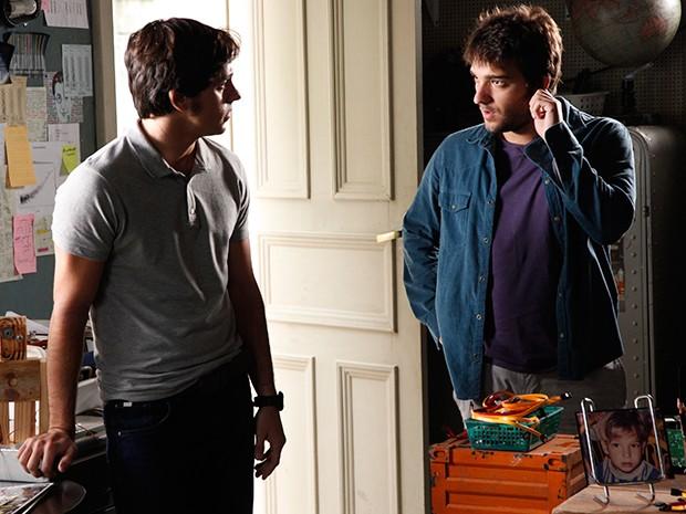 Davi conversa com Ernesto sobre Jonas (Foto: Raphael Dias / TV Globo)