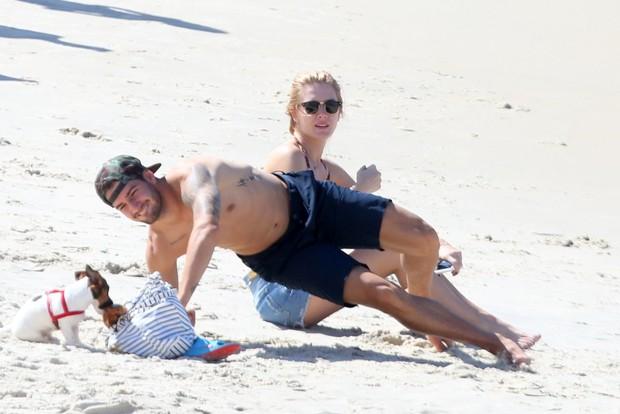 Fiorella Mattheis e Alexandre Pato na praia (Foto: Andre Freitas/AgNews)
