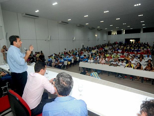 Prefeito Carlos Eduardo lança o calendário esportivo para um auditório lotado de 600 atletas e desportistas (Foto: Marco Polo/Prefeitura do Natal)