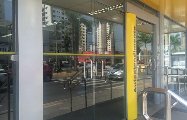 Atendimentos foram retomados no Banco do Brasil, onde agências amanheceram sem cartazes da greve, em Goiás (Foto: Fernanda Borges/G1)