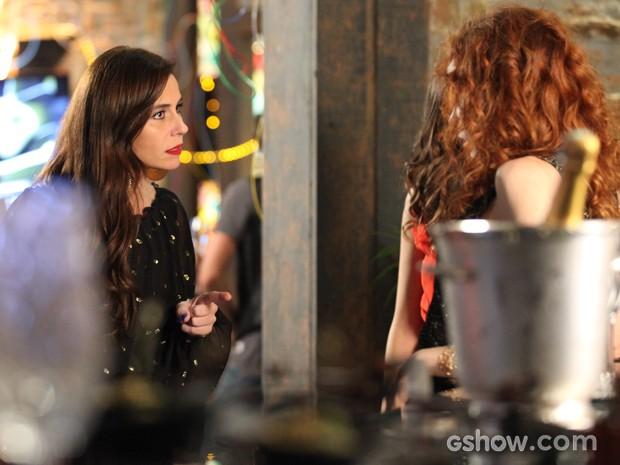 Clara não deixa barato e responde Vanessa (Foto: Camila Camacho / TV Globo)
