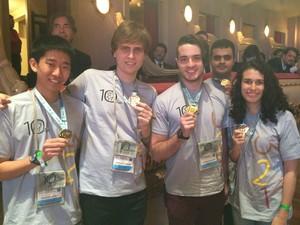 Gabriel Fazoli e Alessandro Pacanowski exibem suas medalhas entre outros estudantes campeões. (Foto: Cristina Boeckel/ G1)