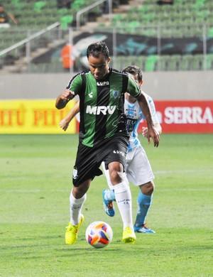 Mancini em ação contra o Macaé (Foto: Divulgação/América-MG)